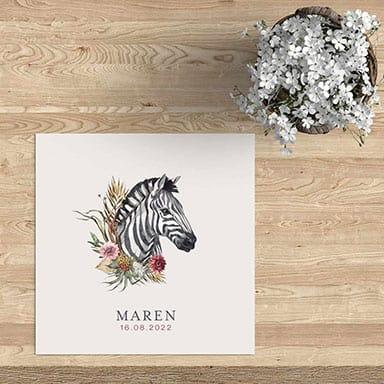 Modern en vrolijk geboortekaartje met zebra en bloemen
